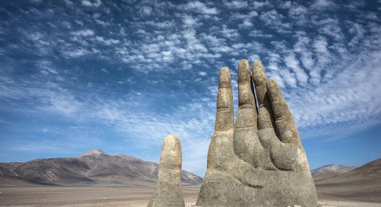 mão ensolarada do deserto
