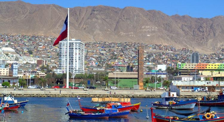 mar de antofagasta con barcos