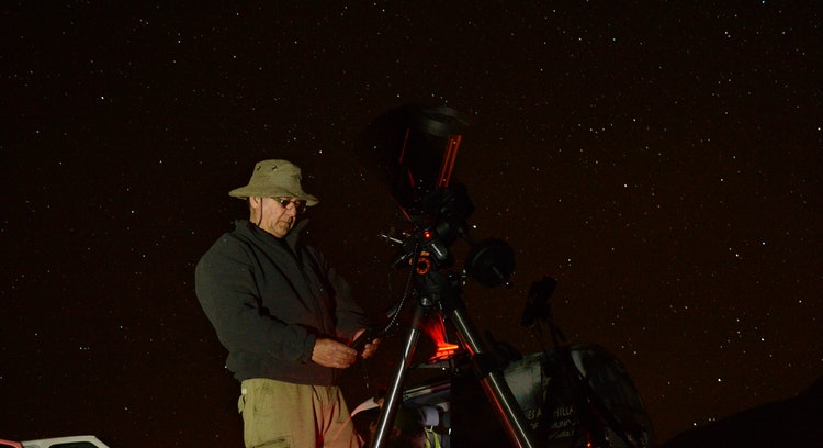 Persona manipulando telescopio