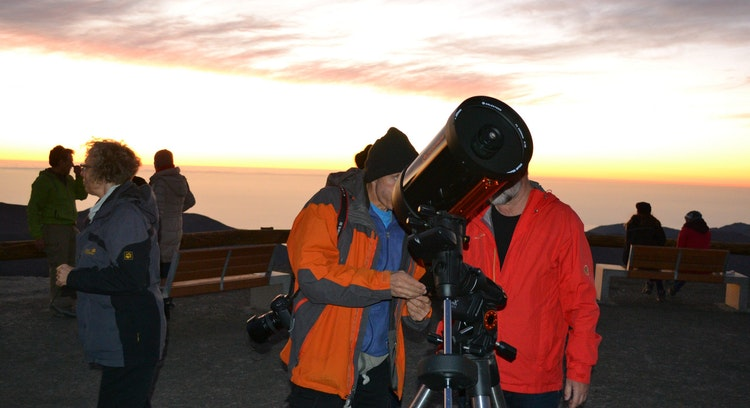 Persona observando por telescopio