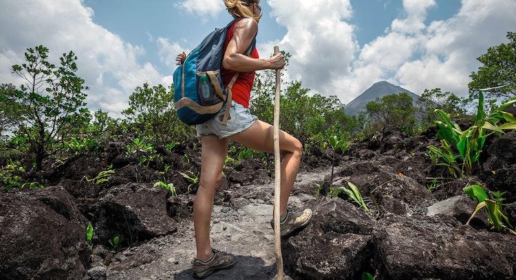Mujer haciendo trekking