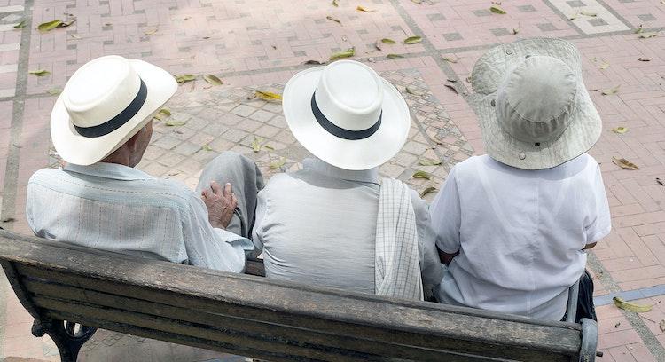 Turistas sentados en Mercado Indígena Silvia