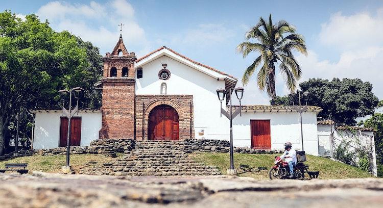 Iglesia en barrio colonial de San Antonio