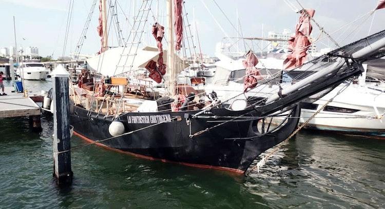 Barco pirata en puerto