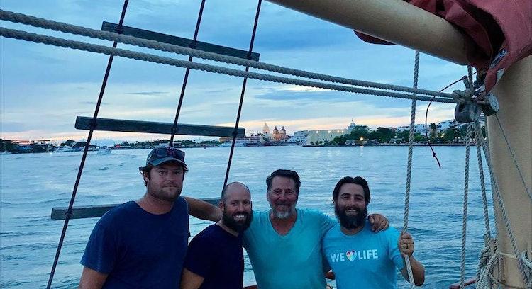Turistas disfritando atardecer en barco pirata