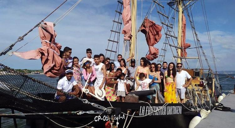 Turistas en barco pirata