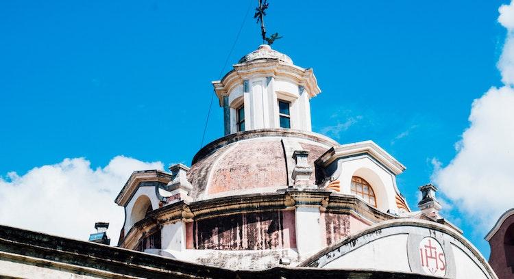 Estructura, techo de iglesia en forma de cúpula con ventanas Alta Gracia, Cordoba