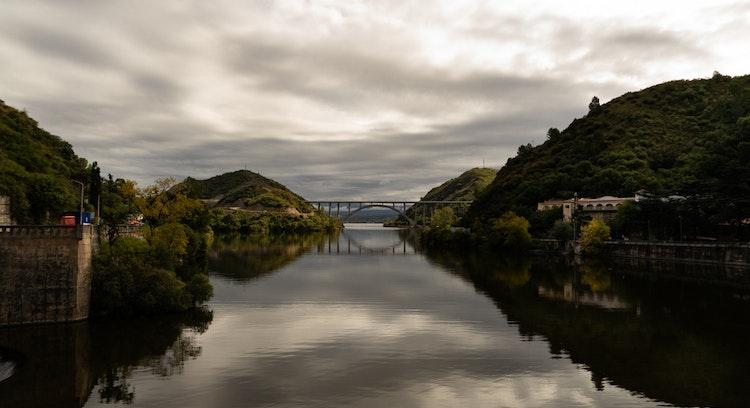 Lago y puente rodeado de vegetacion Villa Carlos Paz