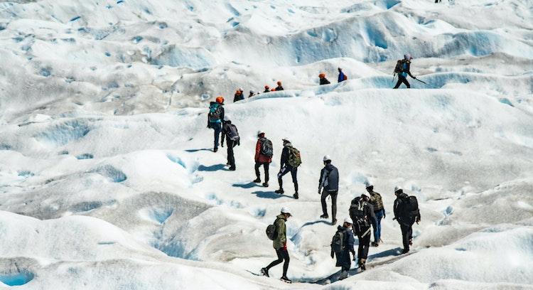 Personas caminando en el hielo en Ushuaia
