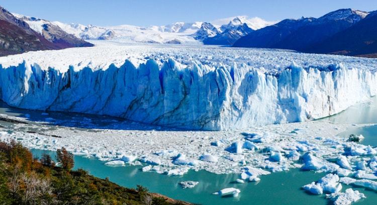 Lago patagonia Argentina, vista al glaciar Perito Moreno y montañas al fondo