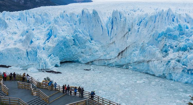 Vista Panorámica, sendero bordeando el glaciar Perito Moreno y montañas al fondo