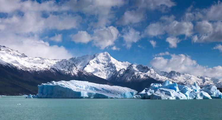 montañas con nieve a orillas del rio