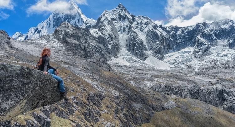Mulher sentada em Montanhas Trilha Santa Cruz