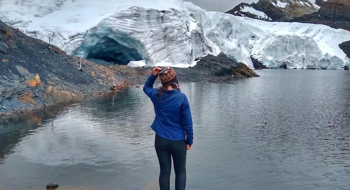 Mujer en la Base del Nevado Pastoruri