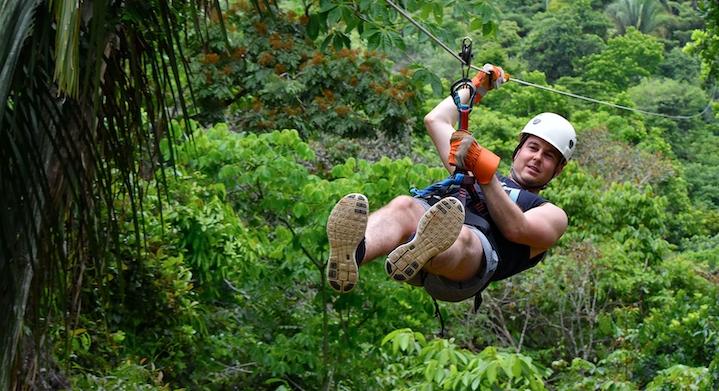 Hombre haciendo zipline