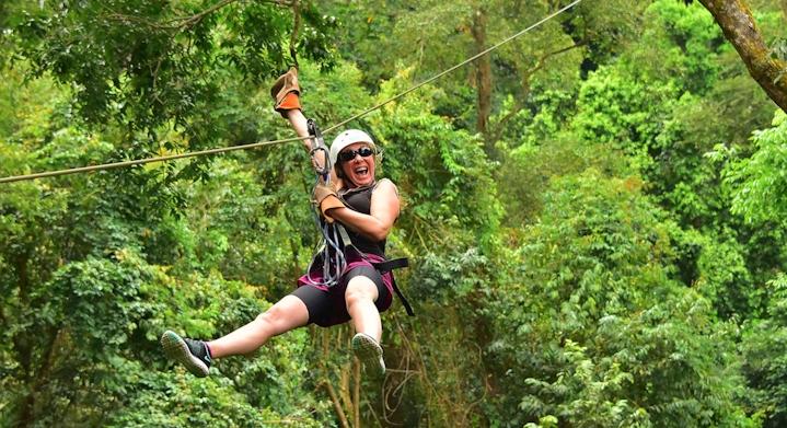 Mujer haciendo zipline