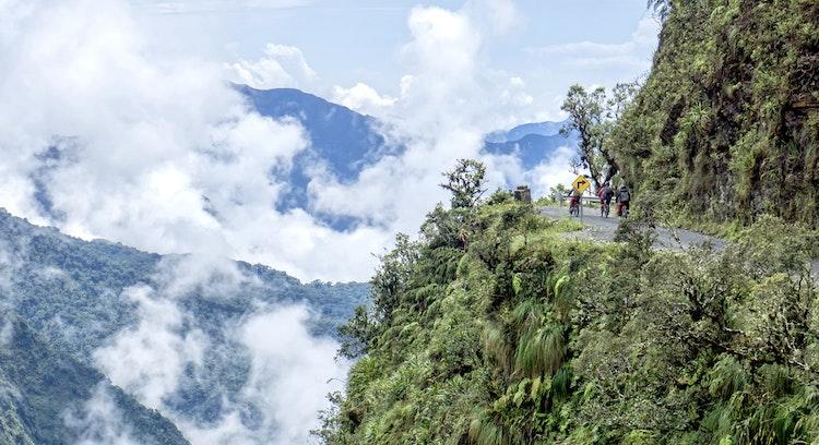 Paisaje del camino de la muerte en Bolivia