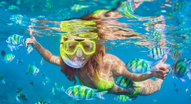 Mujer haciendo snorkel