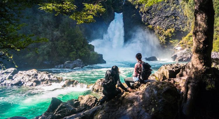 Pessoas na paisagem em Huilo Huilo Chile