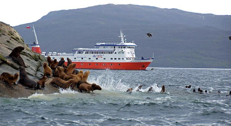 Lobos marinos y barco Skorpios