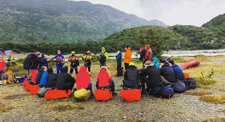 Grupo recebendo instruções para navegar em caiaque no Glaciar Grey