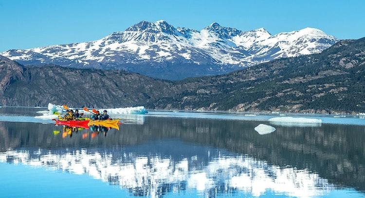 grupo navegando de kayak en el Glaciar Grey