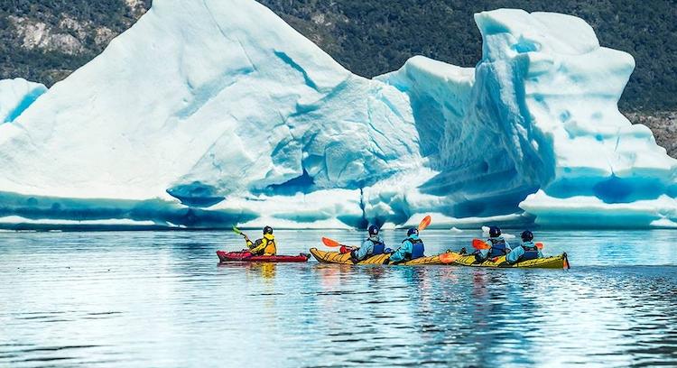 Grupo de kayak en lago Grey