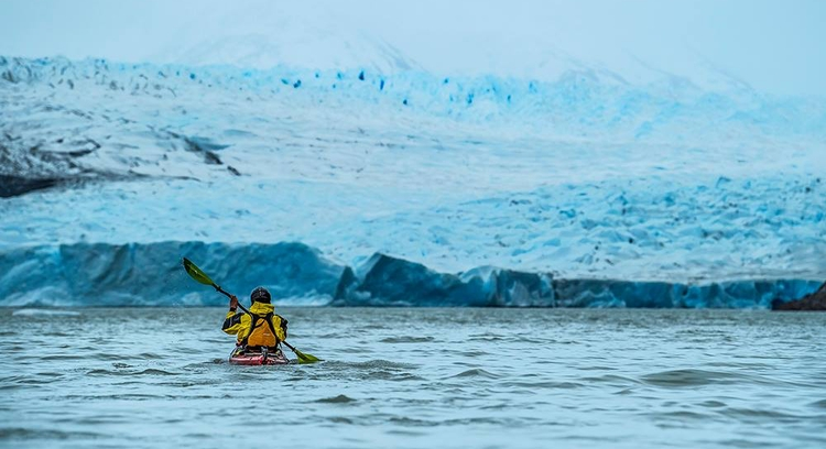 turista navegando de caiaque pela geleira grey