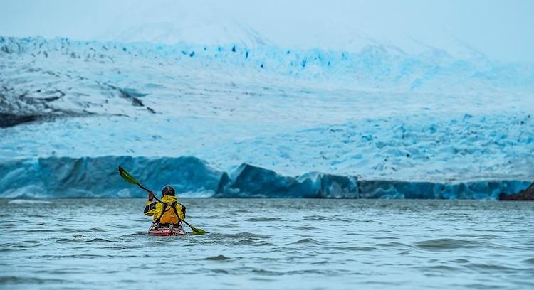 turista navegando de kayak por el glaciar grey