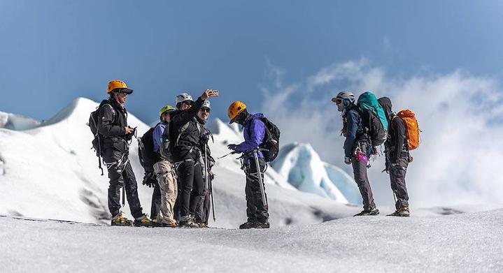 caminata en hielo en grupo en el glaciar grey