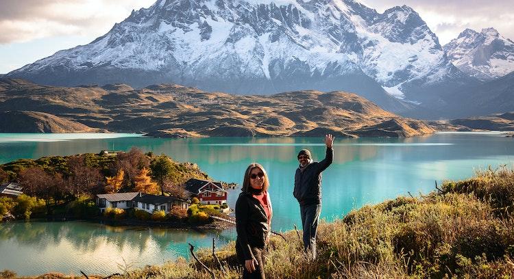 Pasajeros saludando frente a cuernos del Paine