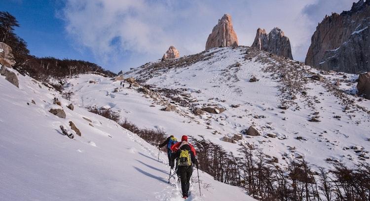 Personas Caminando en nieve a Base Torres