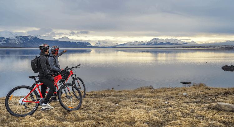 turistas em passeio de bicicleta em Puerto Natales