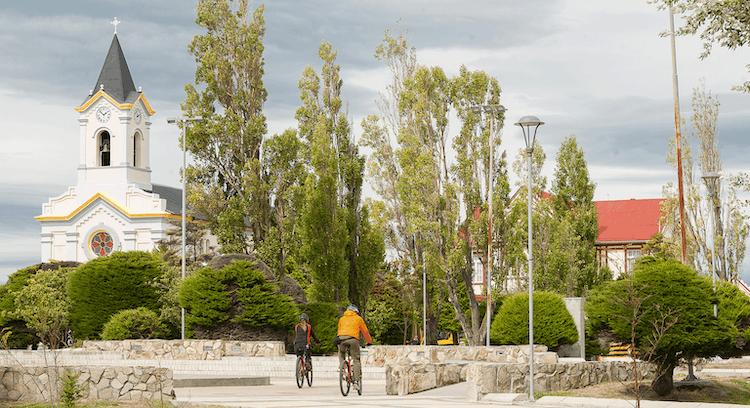 turistas em passeio de bicicleta pelo centro de Puerto Natales