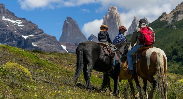 Cerro paine en Puerto Natales con personas