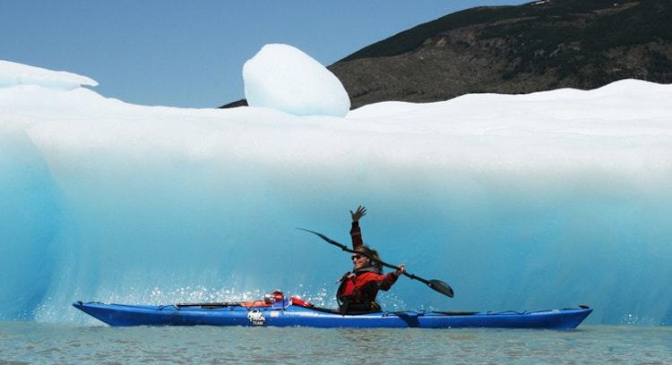 turista navegando de kayak en el lago grey