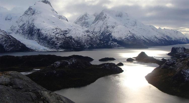 Fiordo de las montañas y glaciar Bernal.