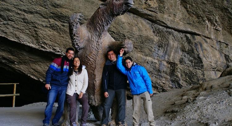 Personas en la Cueva del Milodón.