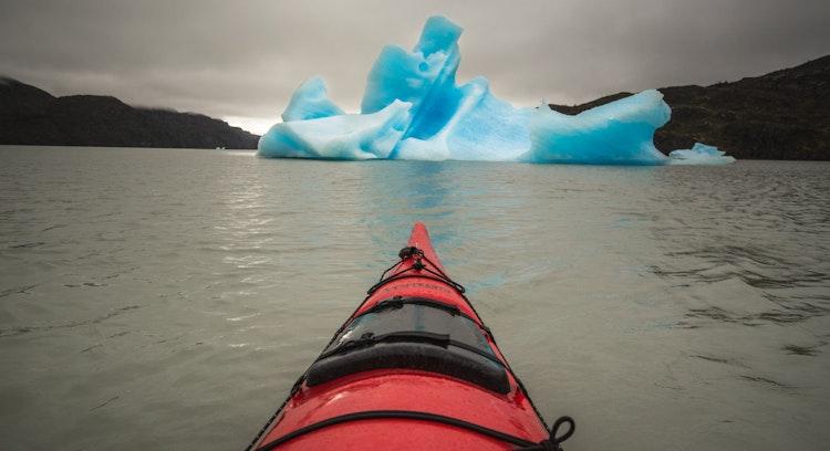 Caiaque entre icebergs península Grey
