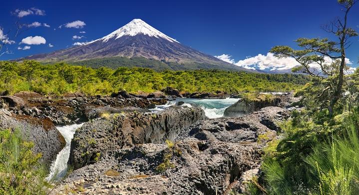 Saltos del Petrohue con el volcan Osorno de fondo