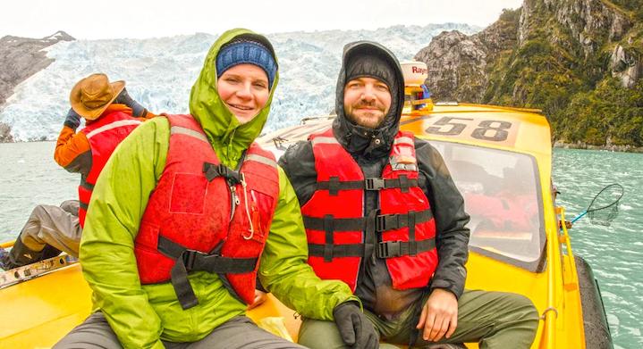 Pareja en avistamiento de ballenas desde Punta Arenas