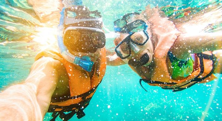 Personas haciendo snorkel