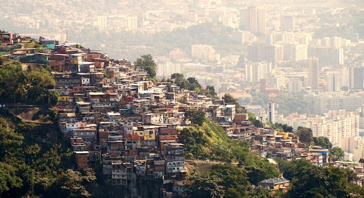 vista favela y ciudad en brasil
