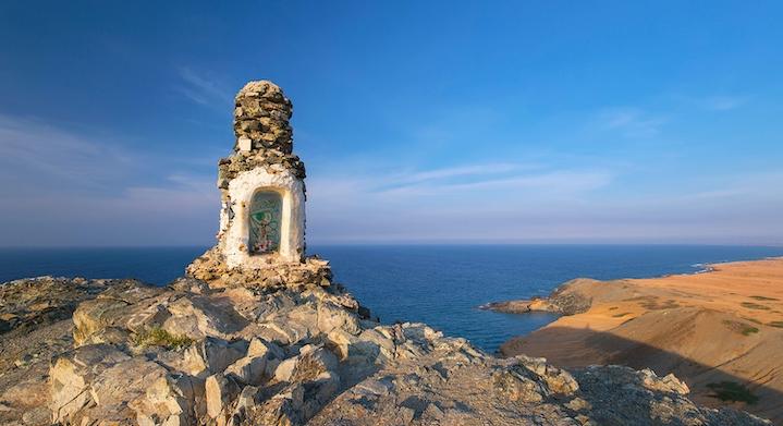 Cima de un cerro con vista al mar