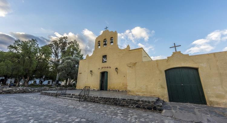 iglesia de cachi con cielo despejado