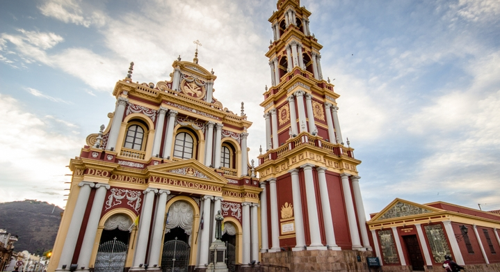 iglesia roja sin personas