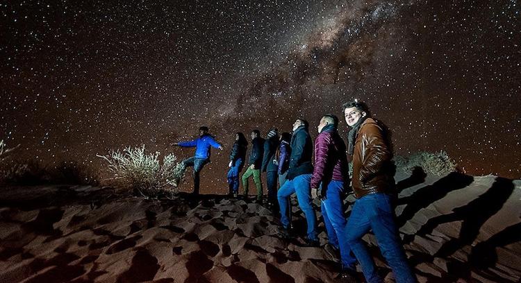 Passageiros do Denomades olhando as estrelas em San Pedro de Atacama