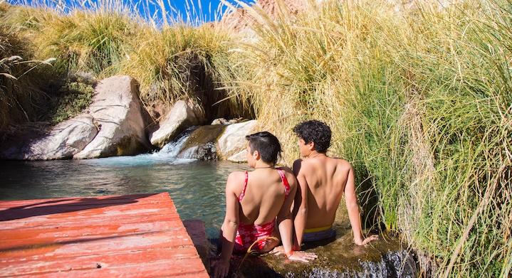 Pareja en las aguas de las termas de puritama en San Pedro de Atacama