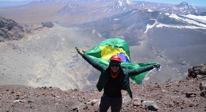Con la bandera de Brasil en ascenso volcán Láscar