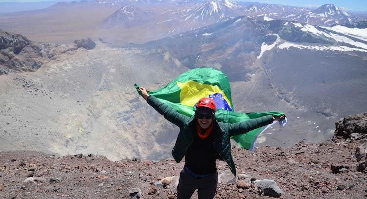 Com a bandeira do Brasil na cratera do vulcão Lascar